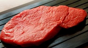 Промиваємо м'ясо і видаляємо плівки