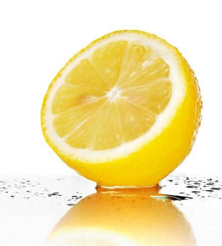 Видавлюємо з лимона сік