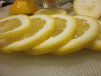 подрібнюємо лимон на часточки