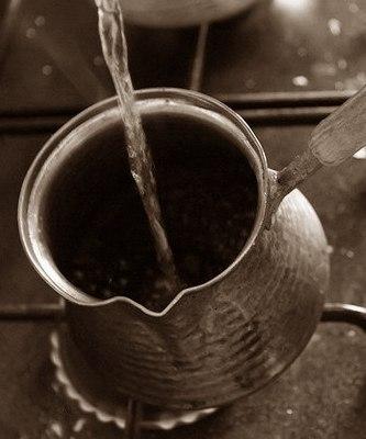 додаємо в турку кави і воду