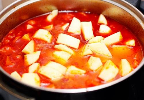 додаємо овочі в каструлю