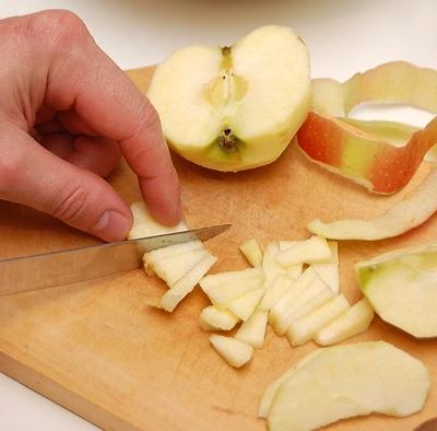 очищаємо і нарізаємо яблука