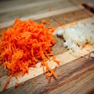 цибулю і моркву