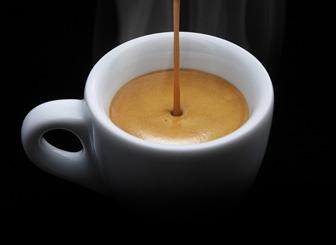 вливаємо в каву лікер
