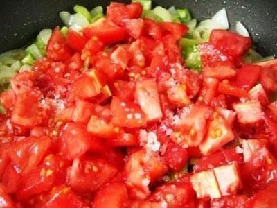 помідори на сковороді