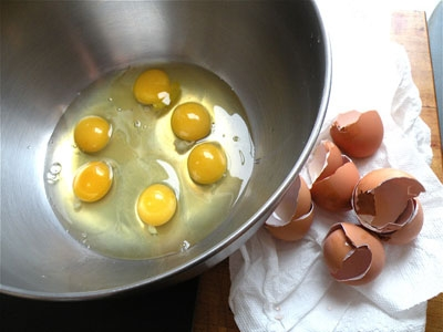 яйця в мисці