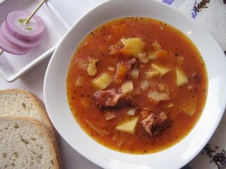 суп з квасолею на свинячих реберцях