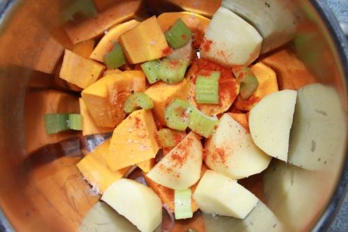 перекладаємо овочі в каструлю