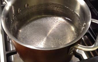 ставимо каструлю з водою на вогонь