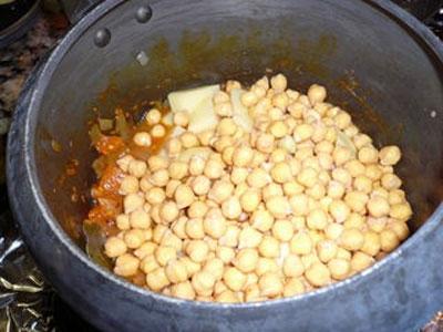 нут і картоплю в казані