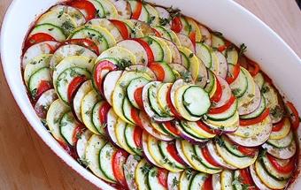 викладаємо у форму для запікання соус і овочі