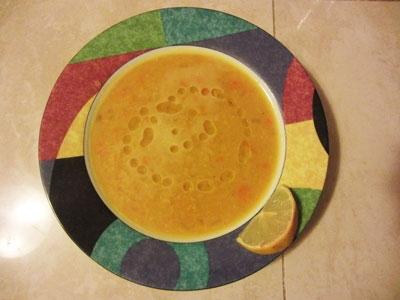 сочевичний суп в тарілці