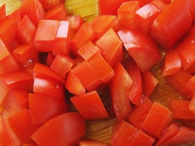 кубиками томати