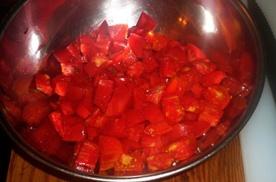 подрібнюємо помідори