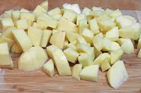 нарізаємо картоплю на шматочки