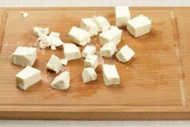 нарізаємо на шматочки сир Фету