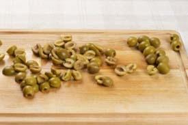 нарізаємо на шматочки оливки