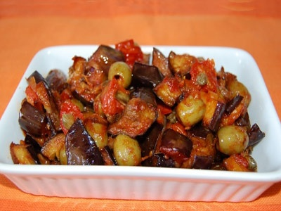 баклажани з помідорами і оливками