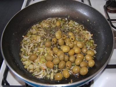 каперси і оливки на сковороді