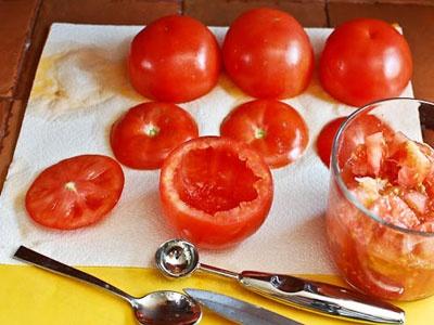 помідори на столі
