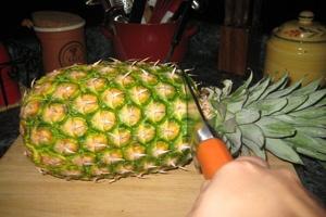 ананас на дошці