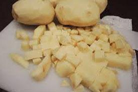 нарізаємо шматочками картоплю